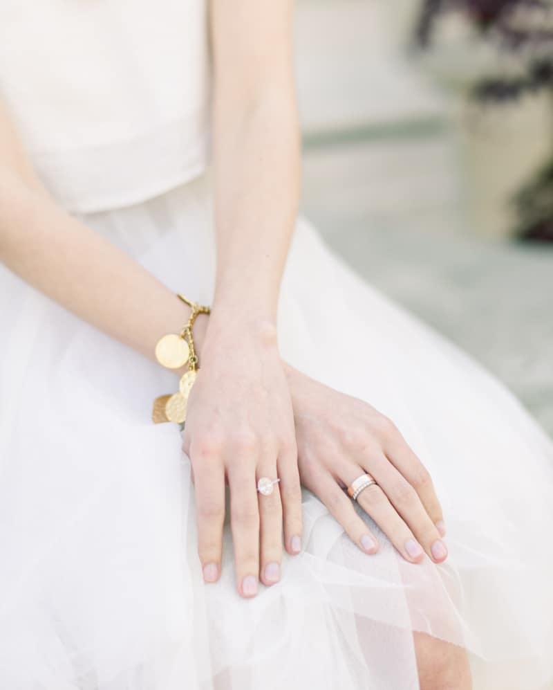 Junge Frau im Hochzeitskleid mit Ehering