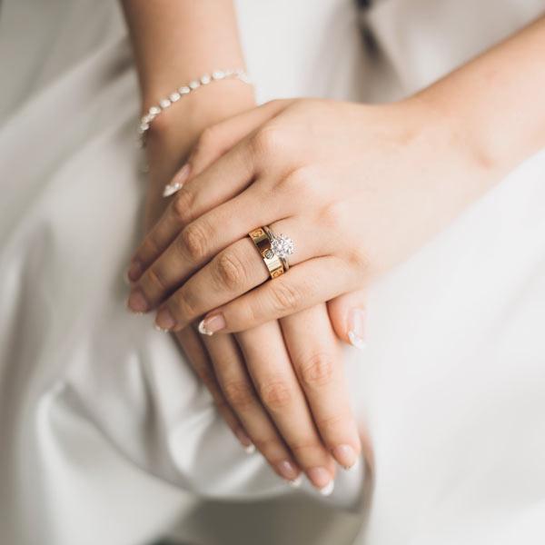 Verlobungsring und Ehering zusammen tragen